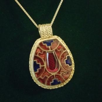 A2018 anglosaxon garnet and blue glass 18ct gold faversham